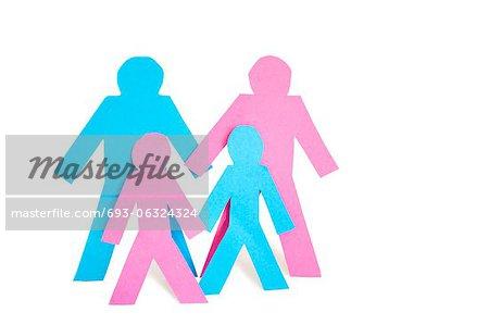 Image conceptuelle du papier découpé outs correspondant famille avec deux enfants sur fond blanc