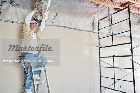 Architekt auf Leiter arbeiten an Decke