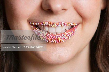 Recadrée portrait de femme du Moyen-Orient avec lèvres bonbon sprinkle