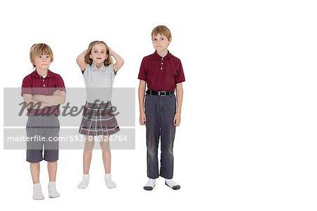Portrait de camarades d'école debout ensemble sur fond blanc
