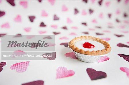 Nahaufnahme der Cupcake über herzförmige Hintergrund