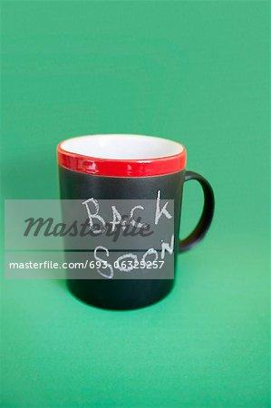 Mug à café avec texte sur fond coloré
