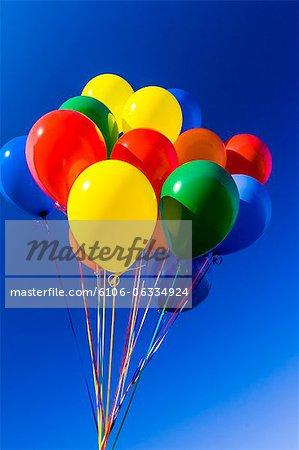 Ballons colorés sur fond de ciel bleu