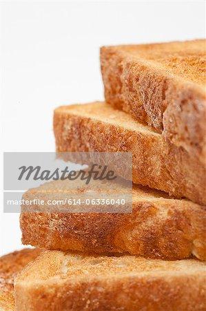 Pile de pain grillé