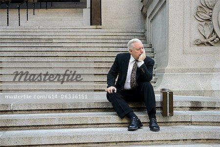 Homme d'affaires triste sur mesures