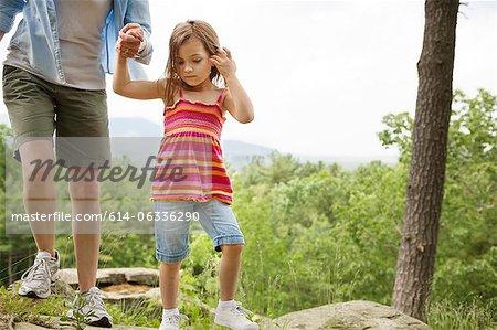 Mère et fille, main dans la main