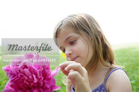 Fille avec fleur rose