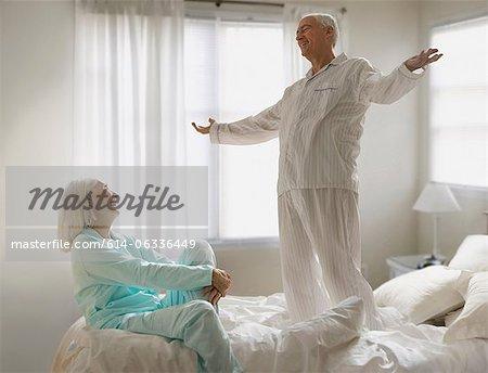 Senior couple couchait sur lit