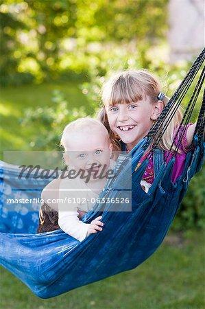 Deux soeurs en riant dans le hamac