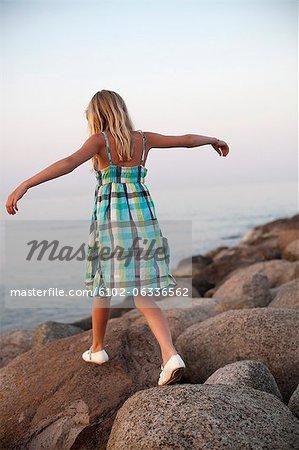 Fille se promener sur les rochers