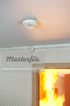 Détecteur de fumée maison, feu en arrière-plan