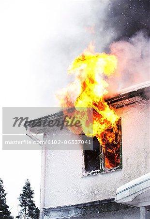 Les flammes qui viennent hors de fenêtre