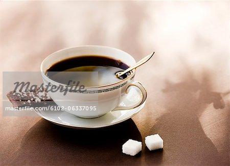 Erhöhte Ansicht schwarzen Kaffee mit Kaffee-Cookies