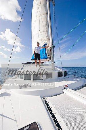 Mann, stehend auf Segelboot