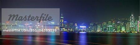 Spectaculaire Hong Kong skyline avec sentiers de bateaux dans le port de Victoria, Hong Kong