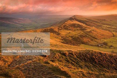 Sunrise-Licht auf die große Ridge, Hope Valley, Peak-District-Nationalpark, Derbyshire, England, Vereinigtes Königreich, Europa