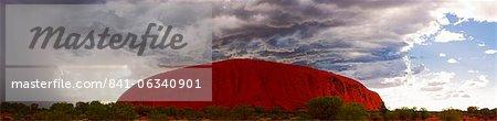 Matin clair avec la tempête de pluie approchant, Uluru (Ayers Rock), Parc National d'Uluru-Kata Tjuta, patrimoine mondial de l'UNESCO, Northern Territory, Australie, Pacifique