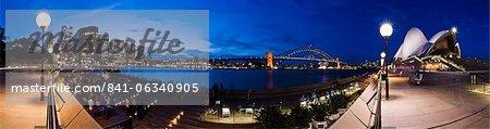 Gens à boire dans le bar de l'opéra au crépuscule, opéra de Sydney, Harbour Bridge et skyline, Sydney, New South Wales, Australie, Pacifique