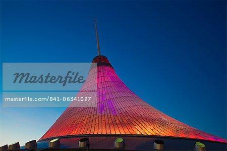 Centre commercial et de divertissement de Khan Shatyr à nuit, Astana (Kazakhstan), l'Asie centrale, Asie
