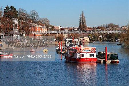Bateaux et pont suspendu sur la rivière Dee, Chester, Cheshire, Angleterre, Royaume-Uni, Europe