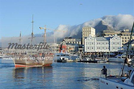 Bateau pirate réplique, port de front de mer, montagne de la Table en arrière-plan, Cape Town, Afrique du Sud, Afrique