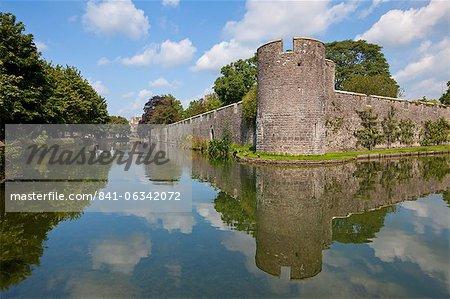 Wassergraben und Bishops Palace, ein mittelalterliches Gebäude, beherbergt die Bischöfe von Bath und Wells seit 800 Jahren, Wells, Somerset, England, Vereinigtes Königreich, Europa
