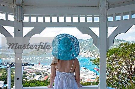 Jeune femme croisière navires dans le port, Charlotte Amalie, St. Thomas, US Virgin Islands, West Indies, Caraïbes, Amérique centrale