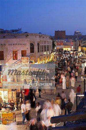 Le restauré Souq Waqif avec boue rendu magasins et exposés du bois poutres, Doha, Qatar, Moyen-Orient