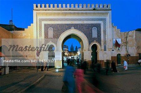 Bleu carrelé arche de la porte Bab Bou Jeloud à médina, Fès, moyen Atlas, Maroc, Afrique