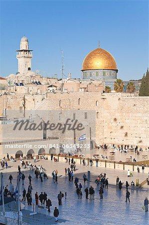 Quartier juif de la place du mur occidental et le dôme du rocher au-dessus, vieille ville, patrimoine mondial UNESCO, Jérusalem, Israël, Moyen-Orient
