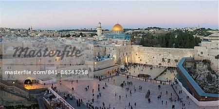 Quartier juif de la place du mur occidental, avec des gens qui priaient au mur des lamentations, vieille ville, l'UNESCO Site du patrimoine mondial, Jérusalem, Israël, Moyen-Orient