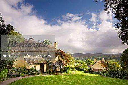 Chaumières dans le village pittoresque de Selworthy, Parc National d'Exmoor, Somerset, Angleterre, Royaume-Uni, Europe