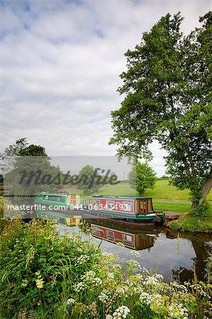 Péniches sur le Monmouthshire et Brecon Canal près de Llanfrynach, Parc National de Brecon Beacons, Powys, pays de Galles, Royaume-Uni, Europe