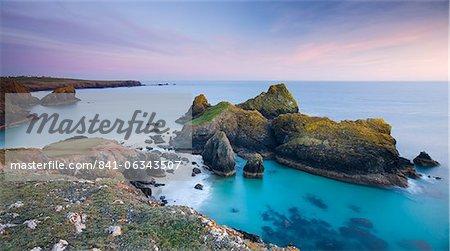 Crépuscule sur Kynance Cove sur la péninsule de Lizard, Cornwall, Angleterre, Royaume-Uni, Europe