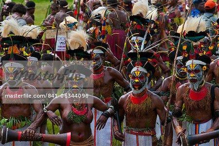 Multicolore habillé et visage peint des tribus locales célébrant la traditionnelle Sing Sing dans les hautes terres de Papouasie Nouvelle Guinée, Pacifique