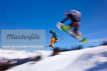 Snowboarder envoler une rampe, mont Whistler, station de Ski de Whistler Blackcomb, Whistler, Colombie-Britannique, Canada, Amérique du Nord