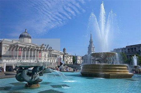 Tritons et fontaine au Dauphin avec l'horloge du compte à rebours numérique olympique et la National Gallery, Trafalgar Square, Londres, Royaume-Uni, Europe