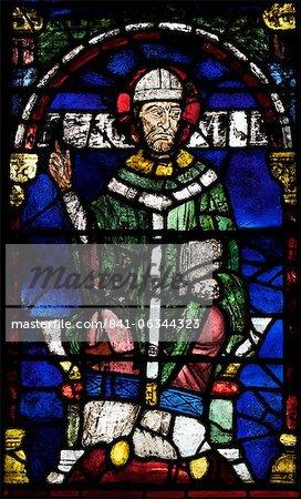 Portrait de Saint Thomas un Becket, assemblés en 1919 à partir de fragments de vitraux médiévaux, Thomas Becket fenêtre 1, vers le Nord ambulatoires, cathédrale de Canterbury, patrimoine mondial de l'UNESCO, Canterbury, Kent, Angleterre, Royaume-Uni, Europe