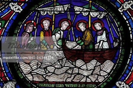 Vitrail médiéval illustrant le tirant d'eau miraculeuse des poissons, troisième fenêtre typologique, Nord Quire Isle, cathédrale de Canterbury, patrimoine mondial de l'UNESCO, Canterbury, Kent, Angleterre, Royaume-Uni, Europe