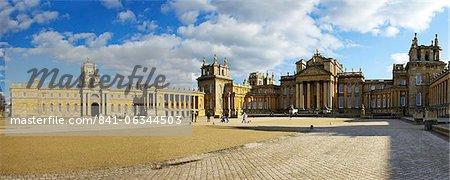 Panoramique de la grande cour du Palais de Blenheim, Site du patrimoine mondial de l'UNESCO, Woodstock, Oxfordshire, Angleterre, Royaume-Uni, Europe