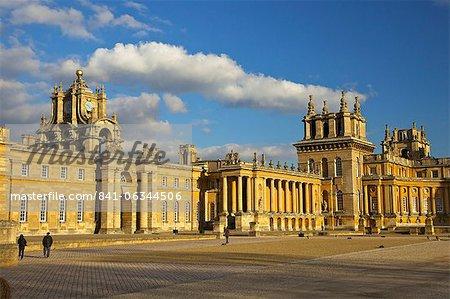 Grande cour du Palais de Blenheim, patrimoine mondial de l'UNESCO, Woodstock, Oxfordshire, Angleterre, Royaume-Uni, Europe