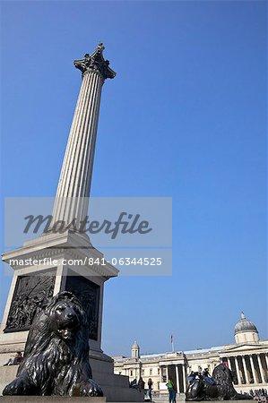 Bronze des statues de Lions par Sir Edwin Landseer, la colonne de Nelson et la National Gallery, Trafalgar Square, Londres, Royaume-Uni, Europe