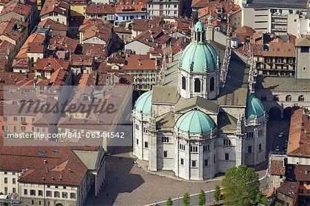 Vue aérienne de la cathédrale au centre de la ville de Côme, lac de Côme, Lombardie, lacs italiens, Italie, Europe