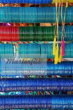 Bracelets et bracelets à vendre, libanaise sur les marchés, Mysore, Karnataka, Inde, Asie
