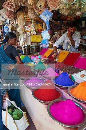 Poudres pour la vente, de couleur libanaise sur les marchés, Mysore, Karnataka, Inde, Asie