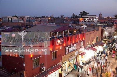 Rue animée à la tombée de la nuit, Marrakech, Maroc, l'Afrique du Nord, Afrique