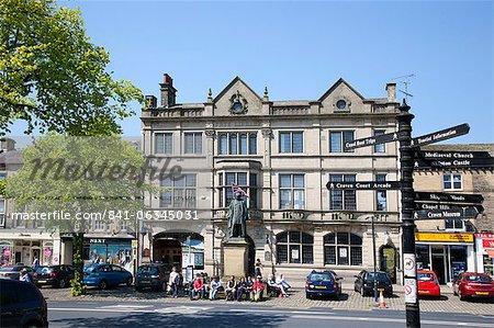 Skipton High Street et bibliothèque, Skipton, North Yorkshire, Yorkshire, Angleterre, Royaume-Uni, Europe