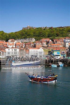 Bateau de croisière de plaisir pirate entrant dans le port, Scarborough, North Yorkshire, Yorkshire, Angleterre, Royaume-Uni, Europe