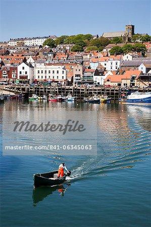 Petit bateau avec moteur hors-bord quittant le port, Scarborough, North Yorkshire, Yorkshire, Angleterre, Royaume-Uni, Europe