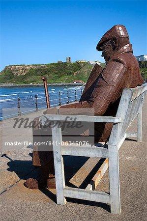 Ray Lonsdale sculpture d'un homme sur un banc à North Bay, Scarborough, North Yorkshire, Yorkshire, Angleterre, Royaume-Uni, Europe